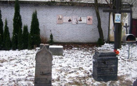Старинные надгробия со стройки в Петербурге вернули на кладбище (фото)