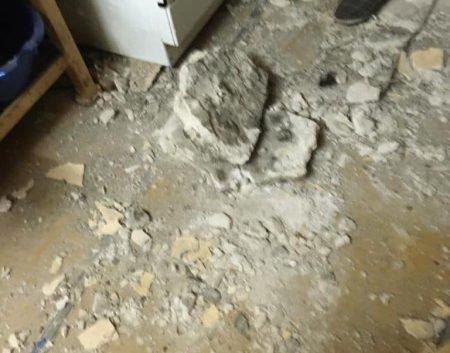 В одной из квартир дома Чубакова обвалился потолок и начал проседать пол (фото)