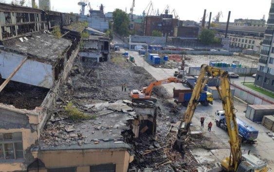 Петербуржцы заявили о начавшемся сносе Канатного цеха. Застройщик указывает на аварийность (видео, фото)